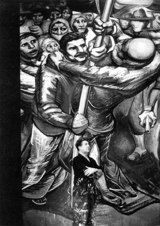 """Ed van der Elsken, David Alfaro Siqueiros frente a detalle """"Huelga de Cananea"""" del mural Del Porfirismo a la Revolución, Castillo de Chapultepec, Ciudad de México, 1960. Reproducción autorizada por el Instituto Nacional de Bellas Artes y Literatura, 2014."""