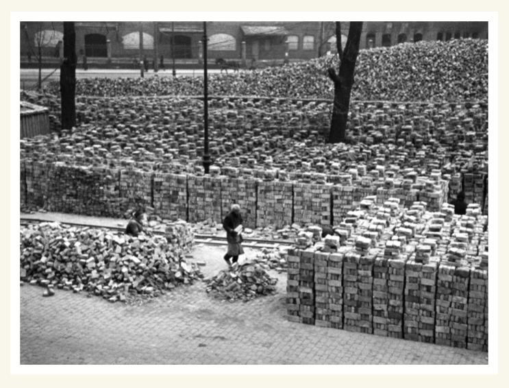Ziegelstein-Lager in der Berliner Möckernstraße (Almacén de ladrillos en la Möckernstraße de Berlín), Gerhard Gronefeld / Deutsches Historisches Museum, Berlin, diciembre de 1945.